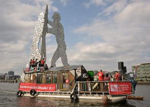Das DSO-Floß auf der Spree vor dem Molecule Man am 5. September 2021 bei »Berlin braucht Musik!«