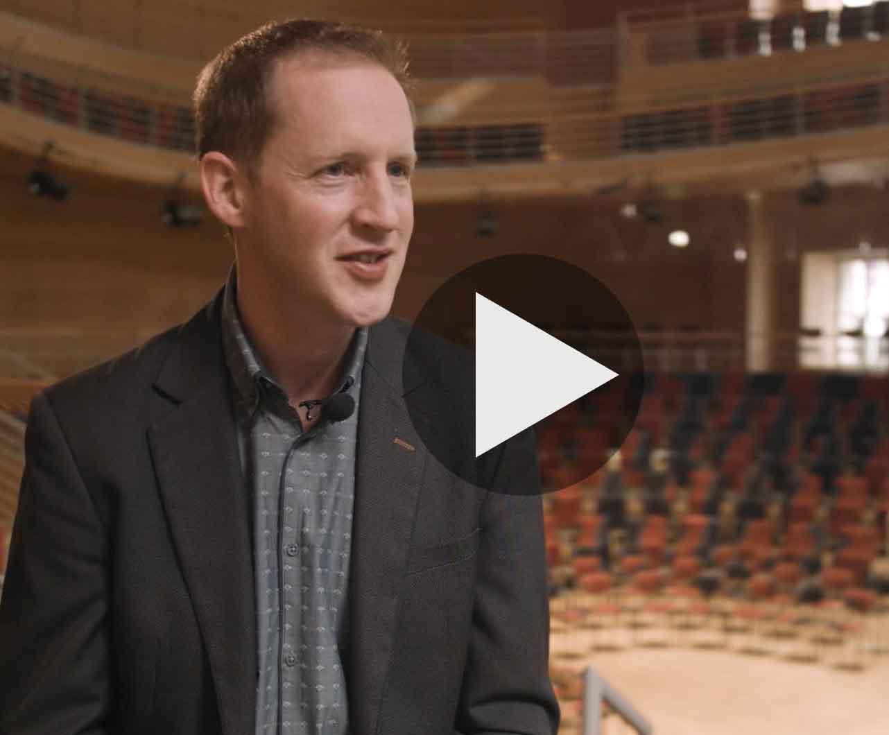 Videostill Chefdirigent Justin Doyle